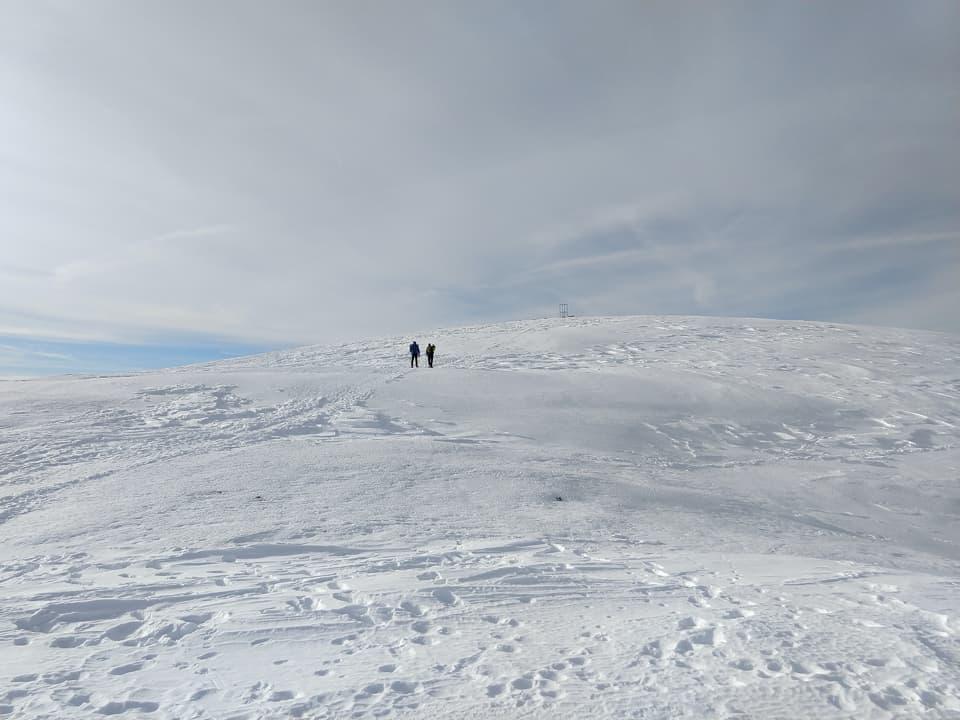 Una volta raggiunto il rifugio proseguiamo sulla morbida sommità fino al cippo metallico che indica la vetta
