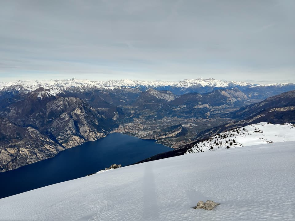 Il panorama che ci viene offerto è di straordinaria bellezza, nell'immagine possiamo ammirare Riva del Garda