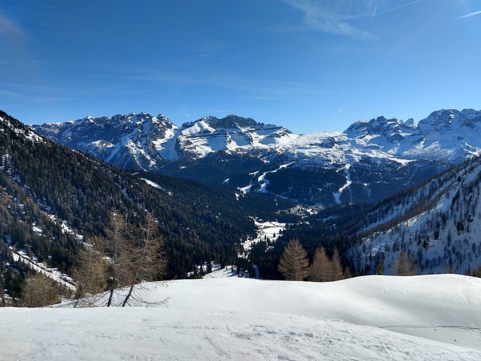 Una volta usciti dal bosco, a tratti molto ripido, possiamo ammirare le Dolomiti di Brenta alle nostre spalle