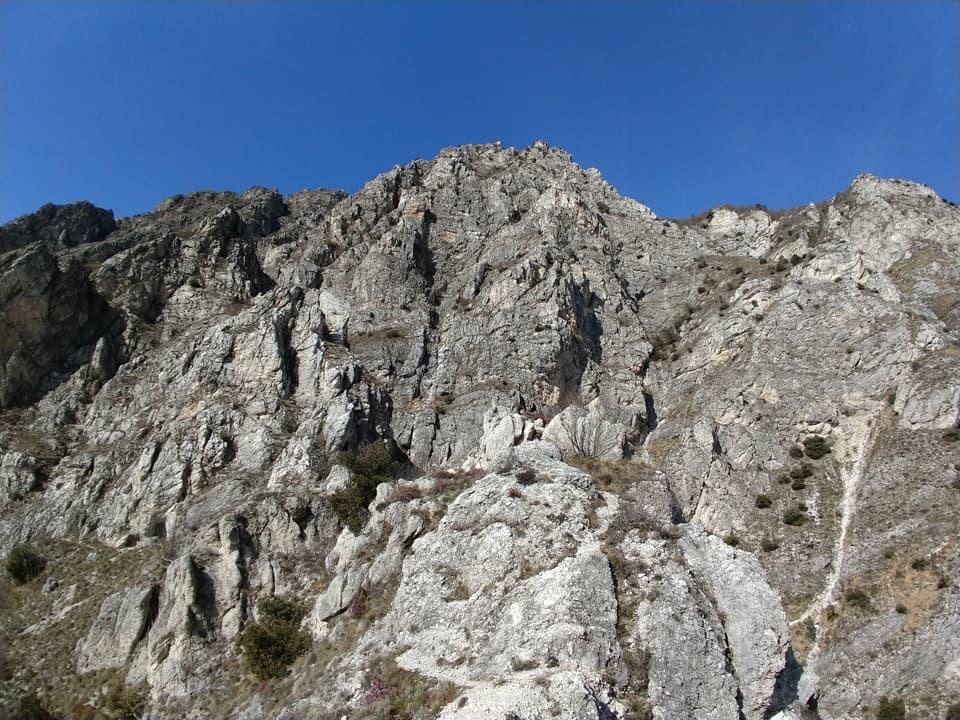 Durante la discesa mi soffermo ad ammirare l'imponente e splendida parete rocciosa alle mie spalle