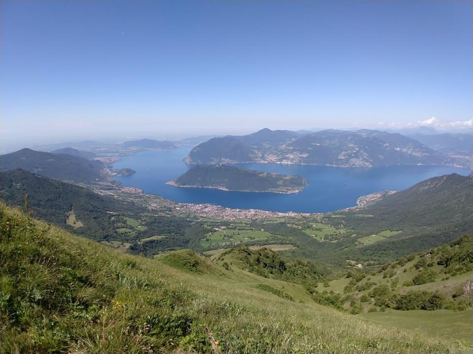 Raggiunta la cresta il panorama cambia completamente, ecco comparire il Lago d'Iseo