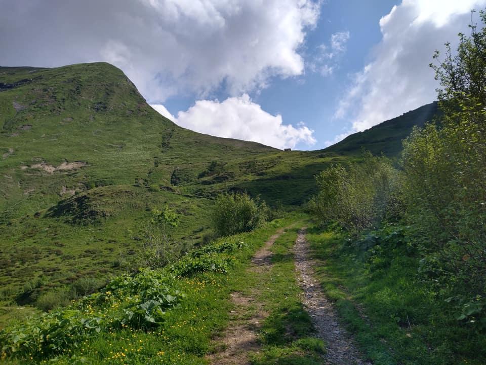 La mulattiera che attraversa la valle e conduce al Passo di Bruffione è molto ampia e comoda da percorrere