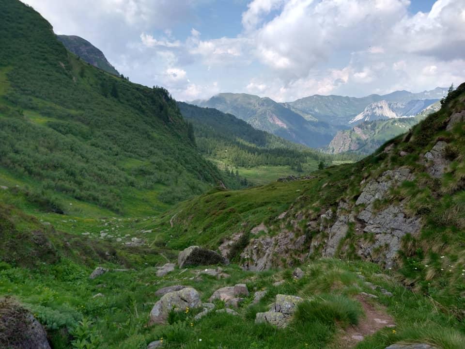La discesa dal Passo di Brealone verso i laghi attraversa una valletta isolata e selvaggia
