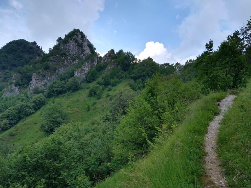 Il sentiero che collega la Forcella di Vandeno alla Corna di Sonclino è sempre piacevole da percorrere