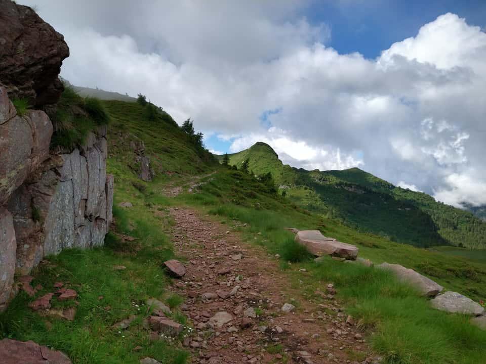 Superato il Passo delle Cornelle il sentiero diviene quasi pianeggiate, ottimo per recuperare le forze
