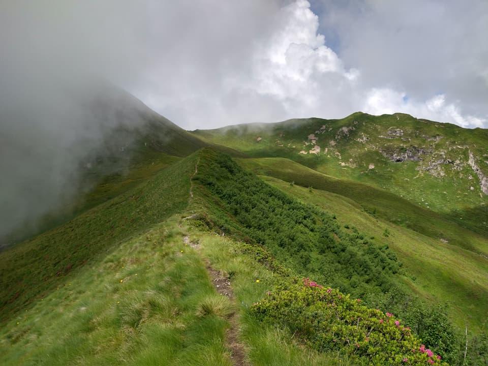 Camminare in cresta è sempre emozionante, peccato solo per la nebbia che riduce la visuale
