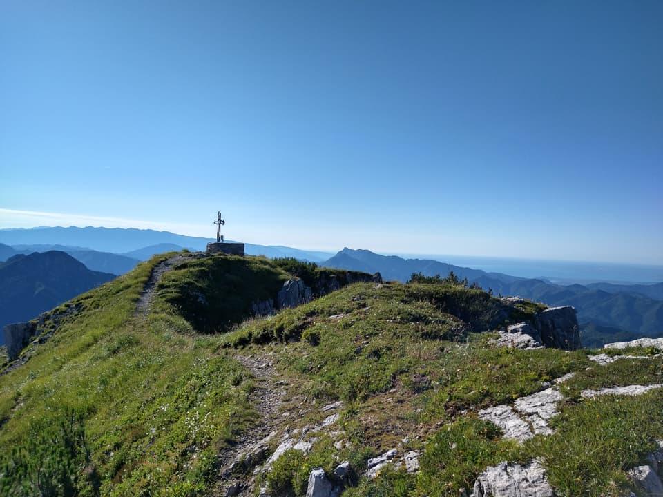 Il panoramico tratto finale del sentiero conduce alla Croce di vetta posta qui in ricordo di Don Giovanni Bruni
