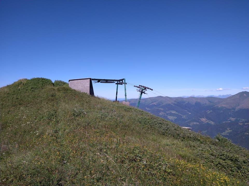 Ecco la triste e desolata vetta del Monte Pezzeda e ciò che rimane dei suoi impianti di risalita