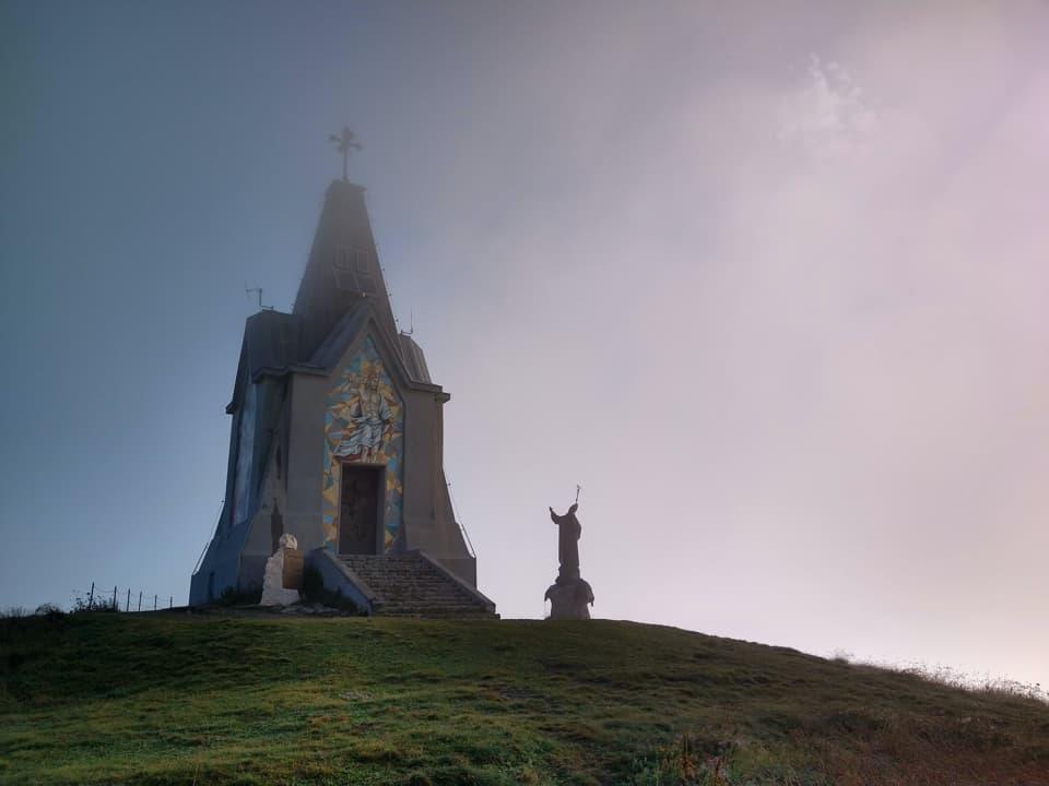La nebbia in vetta contribuisce a creare un'atmosfera magica e rilassante.