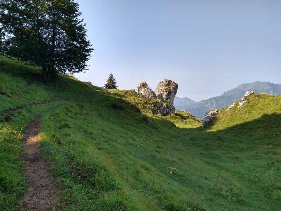 Rientrando verso i Corni Rossi si transita attraverso numerosi speroni rocciosi.