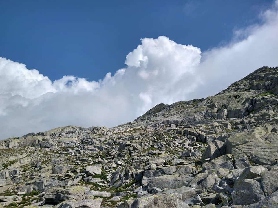 Affrontiamo gli ultimi metri che ci separano dalla vetta con qualche pensiero a causa delle nuvole.