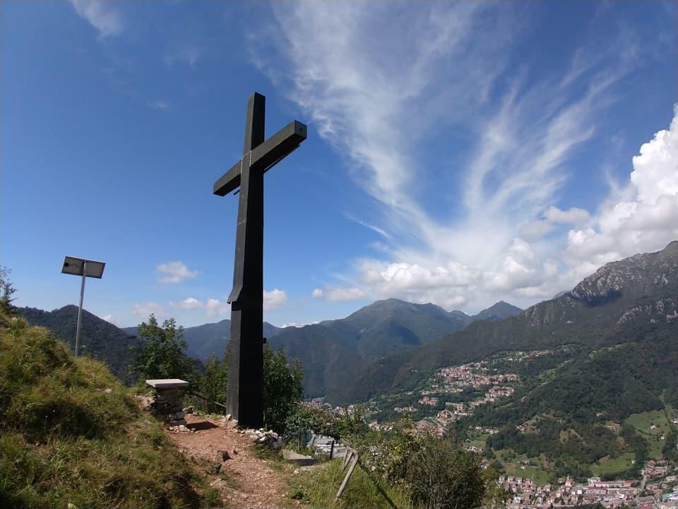 Eccoci all'imponente Croce di Marcheno, un punto di riferimento visibile da ogni angolo del comune.