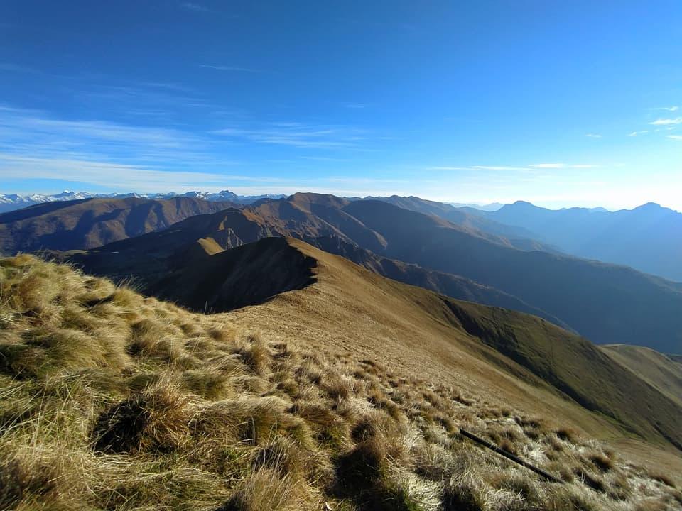 La sinuosa catena montuosa che conduce fino al Dasdana è ancora priva di neve e dipinta dei caldi colori autunnali.